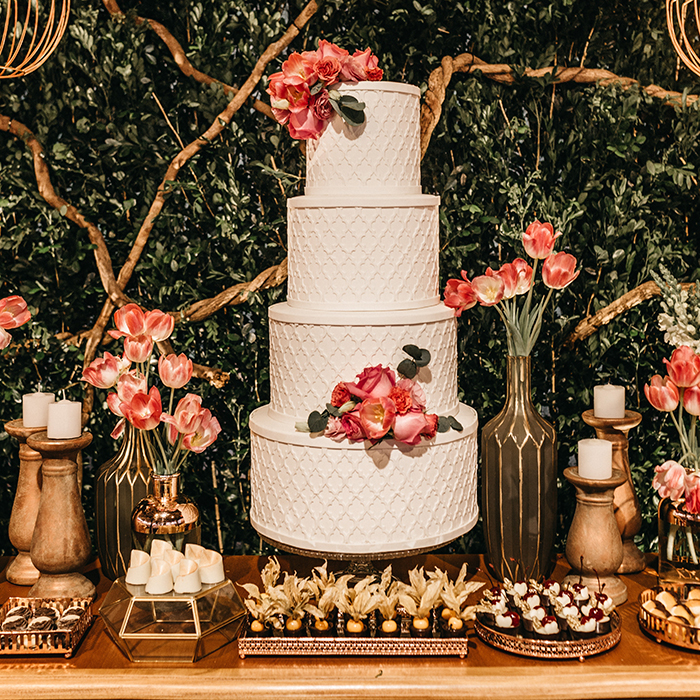 Pièce montée de mariage blanche et rose