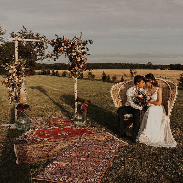 Mariés écolos devant une arche fleurie