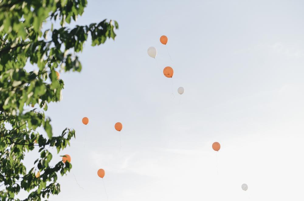 Lâcher de ballons oranges et blancs