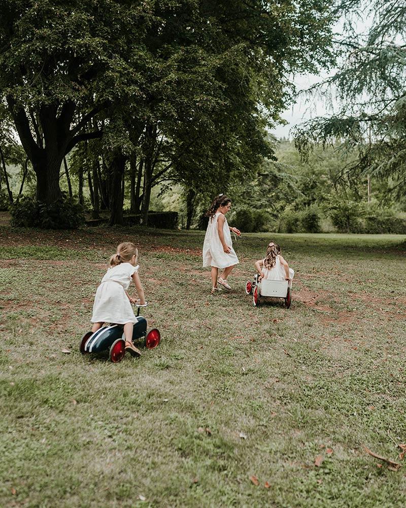 Kids jouant dans l'herbe