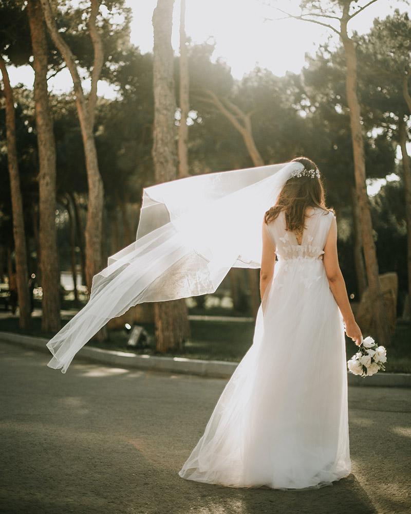 Jolie mariée avec voile mi-long