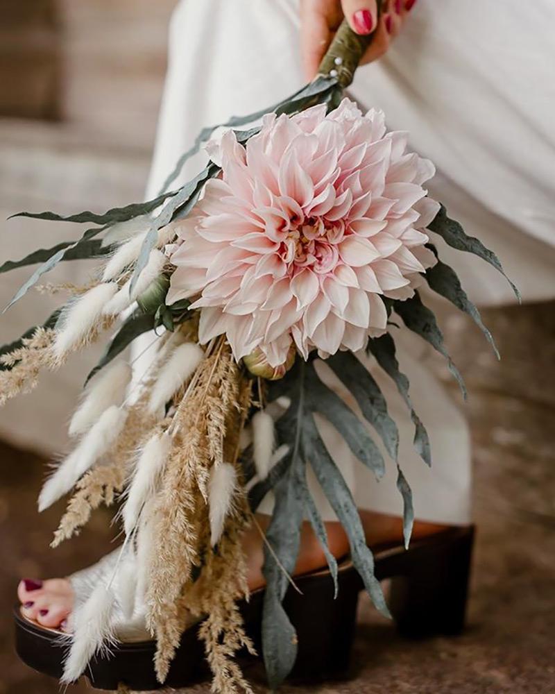 Bouquet de mariée avec grand dahlia rose