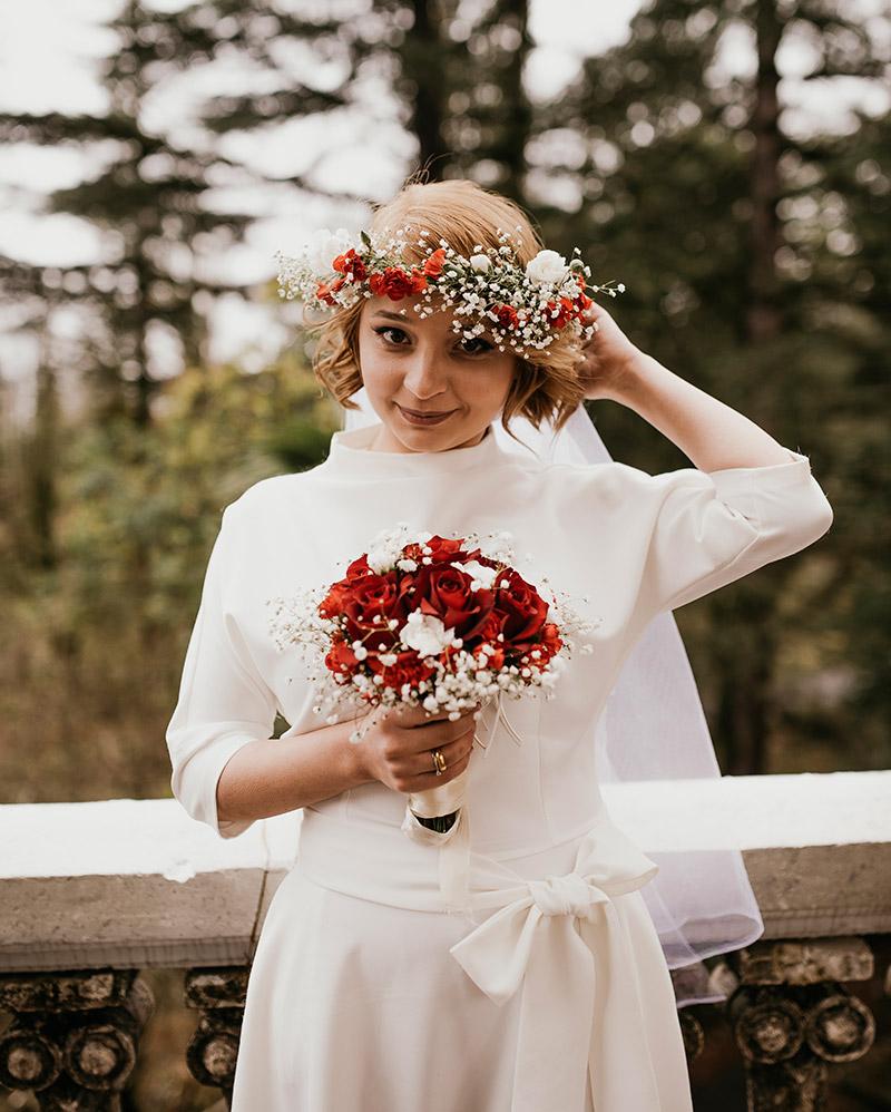 Mariée rousse avec couronnes de fleurs