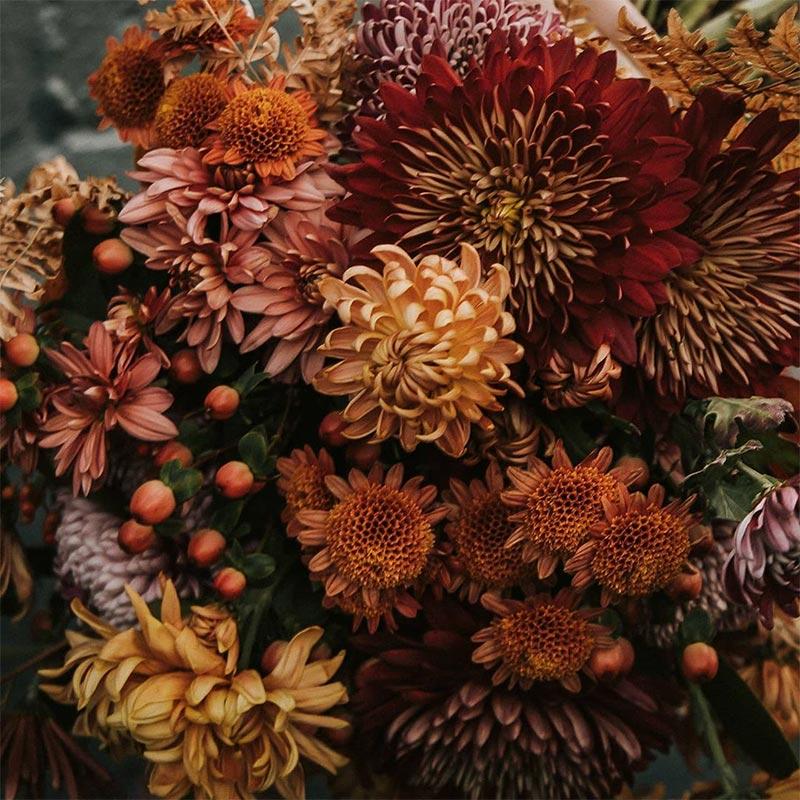 Bouquet de mariée dans les tons oranges, rouges et bruns