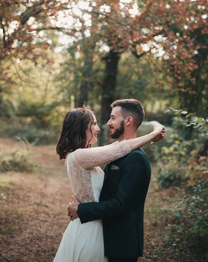 Mariage d'automne dans la forêt