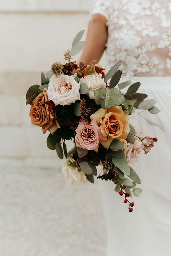 Bouquet de la mariée avec des roses et des branches d'eucalyptus